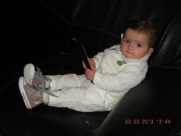ma fille avec ses nouvelle chaussure