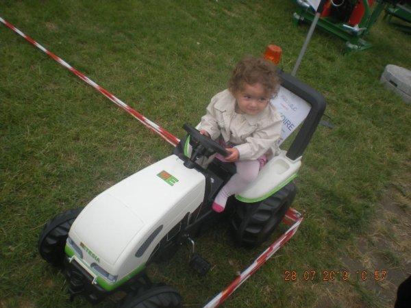 ma fille sur son tracteur