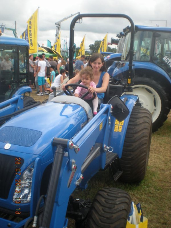 moi et ma puce sur un tracteur bleu