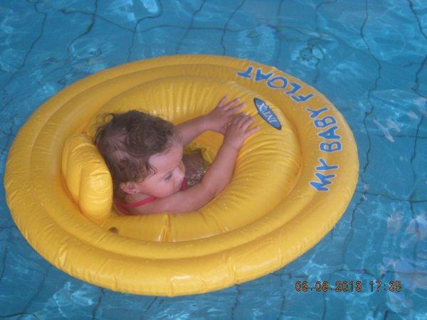 ma puce a la piscine