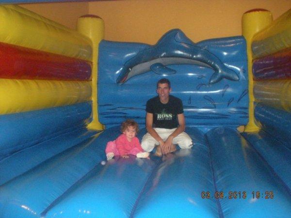 ma fille et mon homme dans un chateau gonflabe