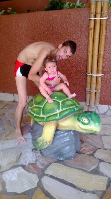 mon homme et ma puce sur une tortue
