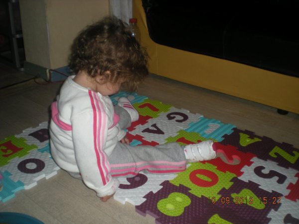 ma fille ki regarde son tapis