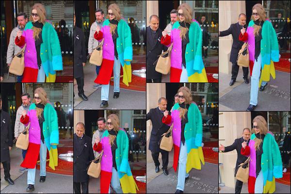 - '-—05/03/19-''⛬ Notre superbe mannequin a été photographiée quittant son hôtel toujours situé dans Paris. La Fasion Week étant terminée nous retrouvons notre blonde en ce jour qui s'apprête à quitter la capitale parisienne. J'accorde un FLOP ! -