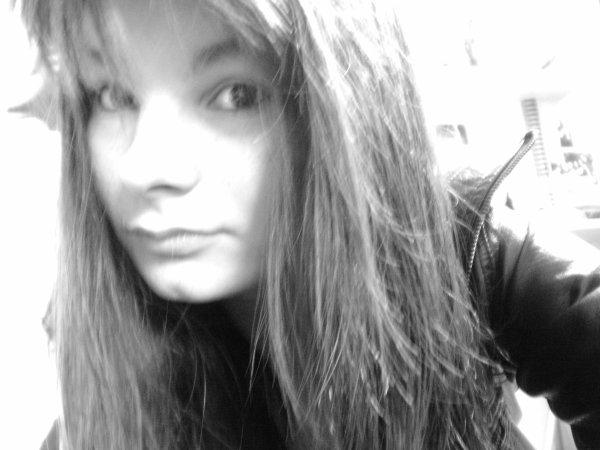 « J'ai besoin de rêver pour ne pas tomber, pour ne pas voir la réalité. Je me relève, ouvre la fenêtre. Sort une cigarette, l'allume et la fume. S'évader un instant en contemplant la fumée qui s'échappe de ma bouche. Laisser ma vie se réduire en quelques secondes, dans le fond ça me soulage.. »