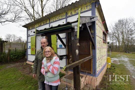 Messein (54) : ces Français vivent dans un cabanon de 10 m2, sans eau, ni électricité, on leur refuse un logement En savoir plus sur http://lagauchematuer.fr/2017/01/11/messein-54-ces-francais-vivent-dans-un-cabanon-de-10-m2-sans-eau-ni-electricite-on-leur-refuse-un-logement/#YK5zGdVghSF50L4b.99