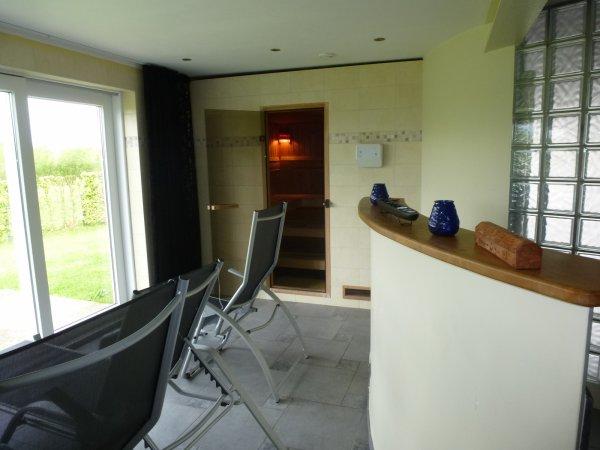 Une partie du garage a été transformée en espace détente avec sauna