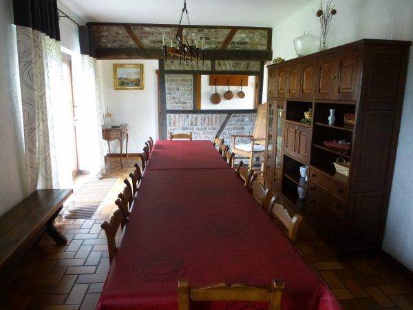 La table 14 places pour des repas conviviaux
