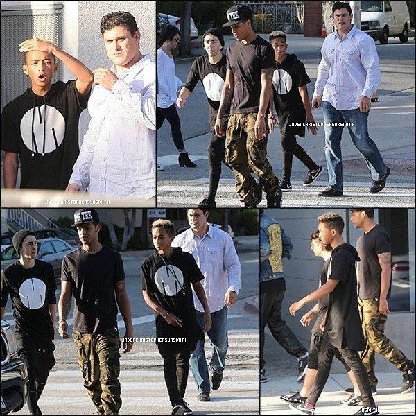 . ♦ 21 Mars 2013 ~ Jaden Smith et sa bande d'amis ont été vu a West Hollywood se baladant. .