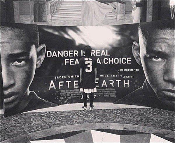 .   Quelques photos récentes de Jaden et son père posant devant l'affiche de son nouveau film After Earth. .
