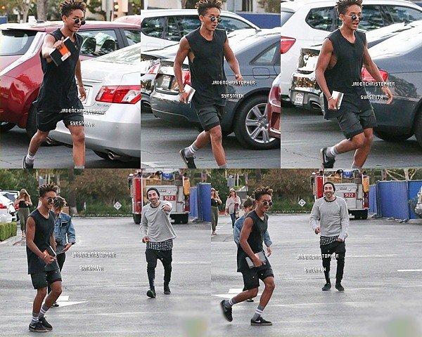 .   09/ 10/ 11 : Jaden Smith et Mateo Arias ont étaient vus quittant le Sugarfish Sushis à Los Angeles. Vous pensez quoi de la tenue de Jaden ? Personnellement je n'aime pas trop le haut qui lui sert de gilet. Quelques fans ont également eu la chance de posé avec eux..