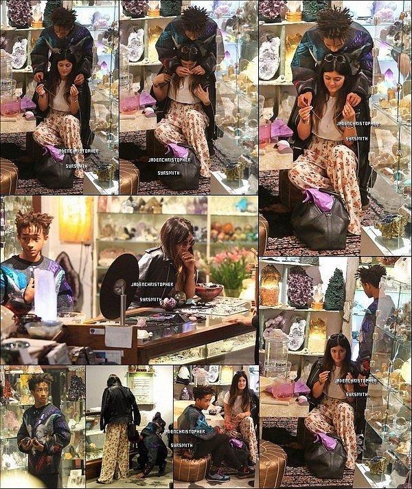 .   19/ 11/ 13 : Jaden Smith a été aperçus à l'intérieur et quittant le magasin Crystalarium pour offrir un collier a sa copine Kylie Jenner en compagnie de ses fidèles amis Moises & Mateo Arias. Mon avis, j'ai l'impression que jaden et kylie ont décidés de se montrer au grand public peut être un acte pour officialiser leur relation, en tout cas je trouve qu'ils sont mignons sur les photos..