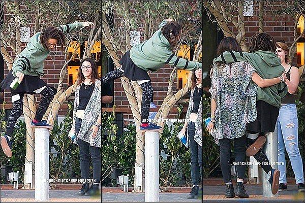 .  ||23.11.15 || Jaden Smith a été aperçu dehors ce lundi matin en compagnie de quelques amis. .