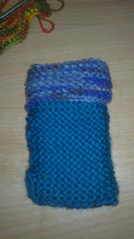 j'aime bien tricote des pochette portable au moin ça protège le portable