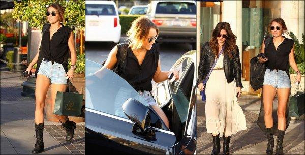 . [20/04/2012] Hier après-midi, Miley a été photographié à Calabasas avec une amie. Elle s'est acheté un nouveau portable ! . Concernant sa tenue, j'adore, à l'exception de ses lunettes et de sa veste qui retombe sur ses jambes...