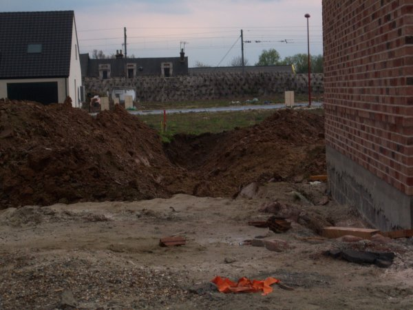 12/04/2012 : Début de la pose de la charpente + ENORME tranchée creusée