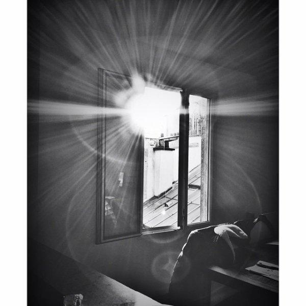Fourbi à ciel ouvert, lumière passante bancale. Flare d'acier perçait, le calme d'avant bataille.