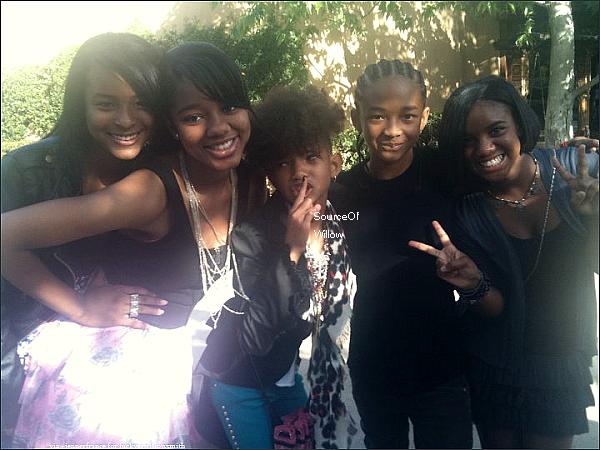 .. FlashBack : Willow et Jaden posant avec des fans au concert de Taylor Swift.Qu'en pense-tu ? .. ..