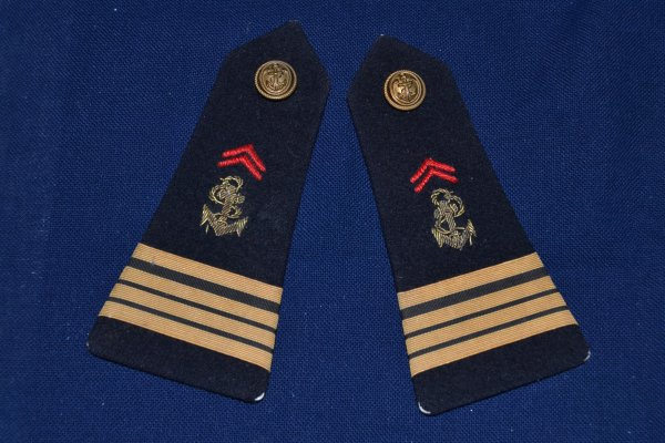 médaille d'honneur des sapeurs pompiers,paire d'épaulettes de Commandant Troupes de Marine, ambulance Crossley de la RAF