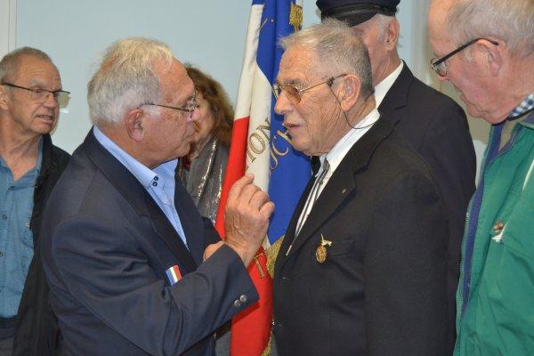 """remise insigne du « Patriote Réfractaire"""" et Médaille de l'U.N.C """"mérite Bronze"""""""