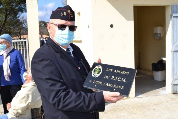 Dépose de plaques sur la tombe de l'Adjudant Chef Pierre Darvand du RICM.