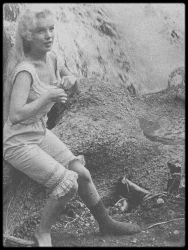 """1953 /  Marilyn lors du tournage des extérieurs du film """"River of no return"""". Les photos sont tirées d'une scène qui a été coupé au montage et qui ne figure donc pas dans le film."""