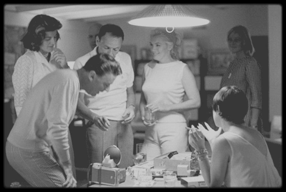 1961 / Photos Bernie ABRAMSON, Marilyn à Beverly-Hills chez Peter et Pat LAWFORD, entourée de May BRITT, Frank SINATRA ou encore Shirley MacLAINE.