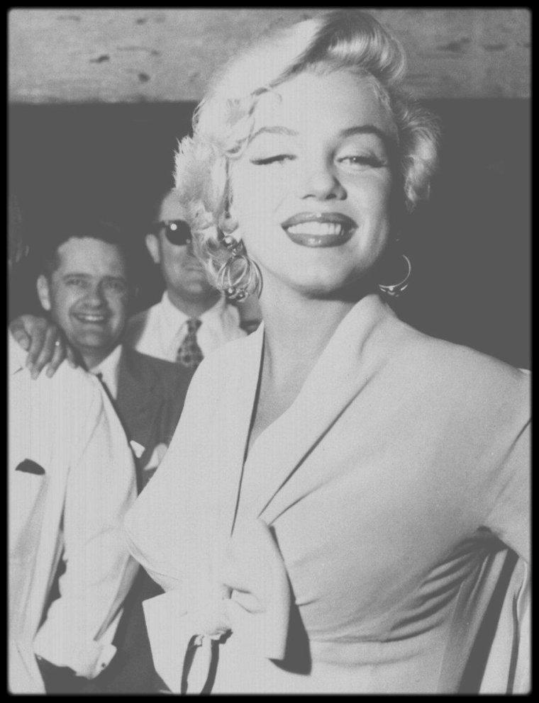 """1954 / Marilyn arrive à New-York pour les extérieurs du film """"The seven year itch"""", lançant un baiser à la foule et aux journalistes venus l'attendre. (certaines photos signées Sam SHAW)."""