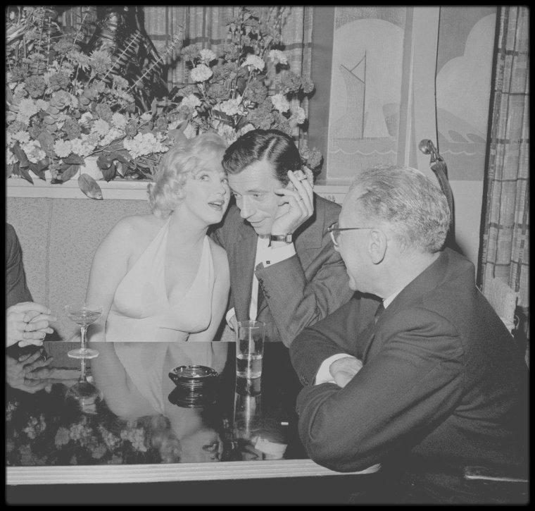 """16 Janvier 1960 / Photos Bruce DAVIDSON, Nat DILLINGER ou John BRYSON de la conférence de presse organisée par la FOX afin de présenter le nouveau film de Marilyn, """"Let's make love"""" de George CUKOR, où elle partage la vedette avec Yves MONTAND, entre autres, venu à Los-Angeles avec Simone SIGNORET sa femme, Marilyn étant accompagnée de son mari Arthur MILLER... La conférence réunira également Milton BERLE, Frankie VAUGHAN, Dorothy KILGALLEN ou encore Buddy ADLER."""
