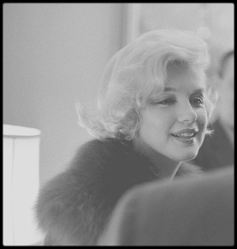 """26 Février 1959 / (Photos Paul SLADE) Marilyn reçoit le prix français """"French Crystal Star Award"""" (représenté par une étoile en cristal) pour la catégorie de """"La meilleure actrice étrangère"""" pour le film """"Le prince et la danseuse"""" (The Prince and showgirl). C'est Georges AURIC, un compositeur français, qui lui remet le prix. Marilyn étant enceinte, elle ne put venir en France pour recevoir son prix ; par conséquent, la cérémonie eut lieu au 'French Ambassador Hotel' (le consul de France) de New York."""