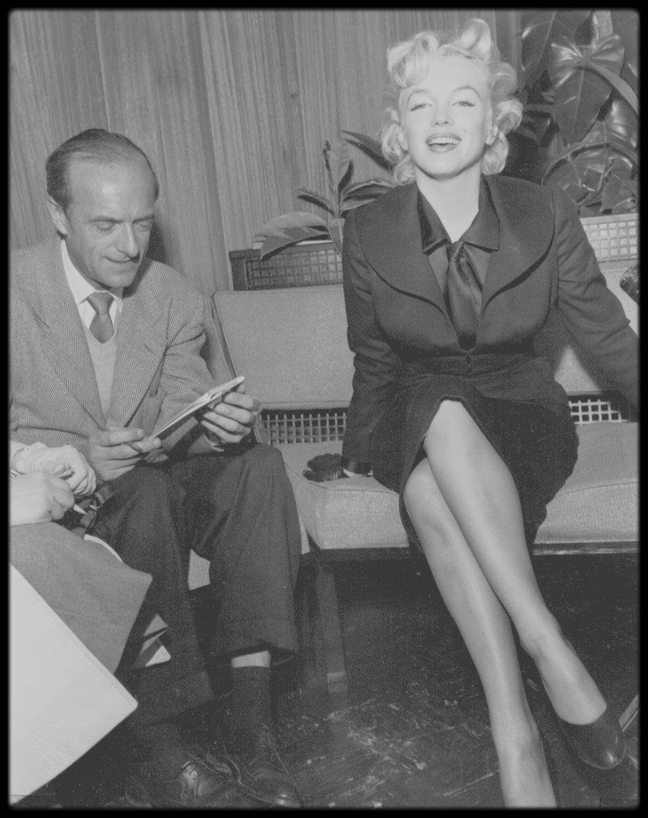 """1956 / Conférence de presse avec Milton GREENE sur le retour de Marilyn à Hollywood en vu du tournage du film """"Bus stop""""."""