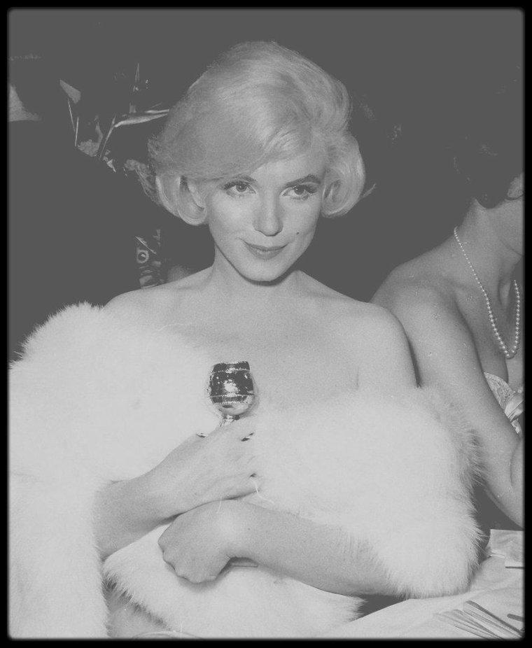 """1960 /  Marilyn fut nominée et reçut le """"Golden Globe Award"""" de « La meilleure interprète de comédie en 1959 » pour le film « Some Like It Hot », décerné par la """"Foreign Press Association"""" (association de la presse étrangère). La cérémonie eut lieu au """"Cocoanut Grove"""" de """"l'Ambassador Hotel"""" de Los Angeles. Marilyn fut accompagnée par  son agent de presse, Rupert ALLAN. Son amie et actrice Shelley WINTERS était présente à cette soirée. Marilyn en éprouva une certaine satisfaction mais ne reprit pas confiance en elle pour autant."""