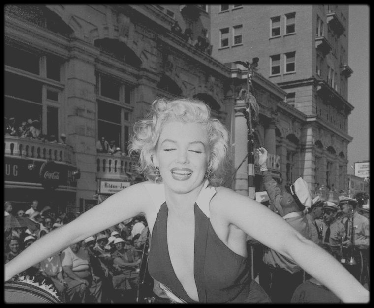 "1952 / Marilyn se rend à Atlantic City pour la promotion du film ""Monkey business""... Pour la campagne promotionnelle, la Fox fit en sorte que Marilyn puisse mener la parade de ""Miss America"" : ce fut la première du genre menée par une femme. Elle fut nommé ""Grand Marshall"" et mena la parade sur ""Atlantic City Broadwalk""."