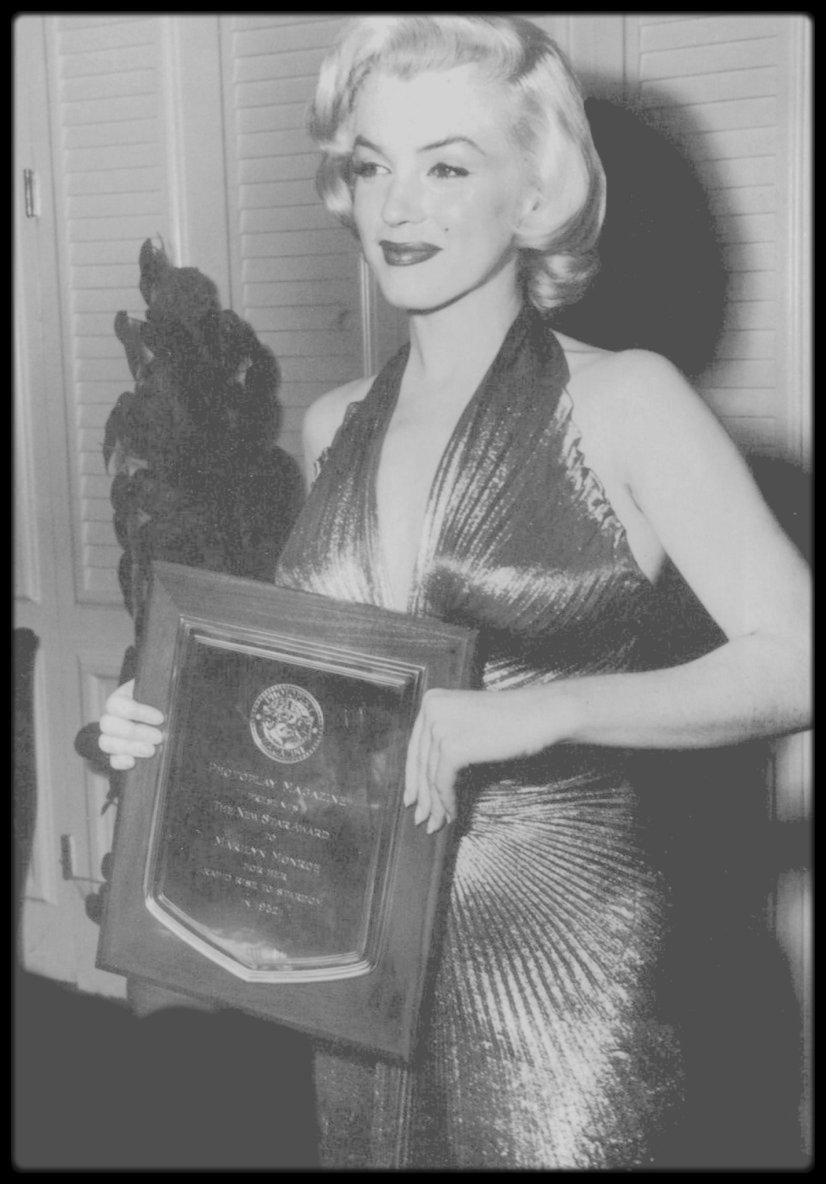 """9 Février 1953 / Le magazine """"Photoplay"""" organisa la remise du prix de « L'étoile qui est montée le plus vite dans le ciel d'Hollywood en 1952 », en l'honneur de Marilyn. La réception eut lieu dans la """"Crystal Room"""" du """"Beverly Hills Hotel"""". Le maître de cérémonie était ce soir-là Jerry LEWIS. Marilyn était accompagnée de son ami le journaliste Sidney SKOLSKY. DiMaggio, voulant éviter les apparitions en public, était absent. Sa jalousie le poussera même à faire des apparitions surprises sur les tournages de Marilyn. Elle portait une robe en lamé or créée spécialement pour elle par William TRAVILLA et qu'elle arborait dans « Gentlemen prefer blondes ». Elle fut le point de mire quand elle fit son entrée, vêtue de cette robe « qui  donnait l'impression d'avoir été peinte sur elle », comme le rapporta le lendemain la journaliste Florabel MUIR dans son article « Florabel MUIR reporting » du 10 février paru dans le """"Los Angeles Mirror"""". « Il suffit d'un mouvement du derrière pour que Marilyn MONROE vole la vedette…Tous les invités se mirent à l'applaudir (tandis que) deux autres stars du cinéma, Joan CRAWFORD et Lana TURNER, étaient à peine regardées. A côté de Marilyn, toutes les autres paraissaient bien ternes »."""