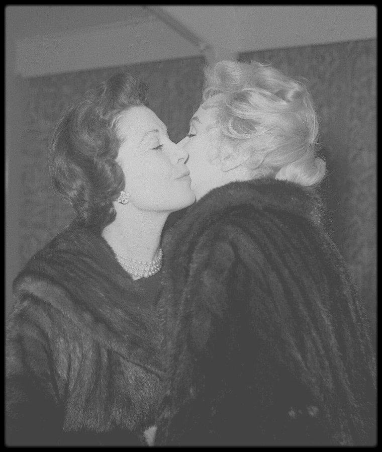"""Le jeudi 22 novembre 1956 / Marilyn et Laurence OLIVIER ont terminé le film """"The Prince and the showgirl"""". Laurence OLIVIER, sa femme Vivien LEIGH accompagnèrent Marilyn et Arthur MILLER à l'aéroport. Ils firent tous bonne figure, alors que leur vie à chacun avait été bouleversée depuis qu'ils s'étaient retrouvés là en juillet : Vivien LEIGH avait perdu son bébé et par là même, toute chance de sauver son mariage. Laurence OLIVIER avait raté l'occasion d'une renaissance personnelle qu'il espérait réaliser avant la cinquantaine. Arthur MILLER avait compris que la vie avec Marilyn allait être différente de tout ce qu'il avait imaginé. Et Marilyn, toujours bouleversée par ce qu'elle avait lu dans le cahier d'Arthur, avait toutes les raisons de croire que tant son mariage que son premier film indépendant étaient voués à l'échec. Pendant presque deux ans, elle ne tournera plus de films."""