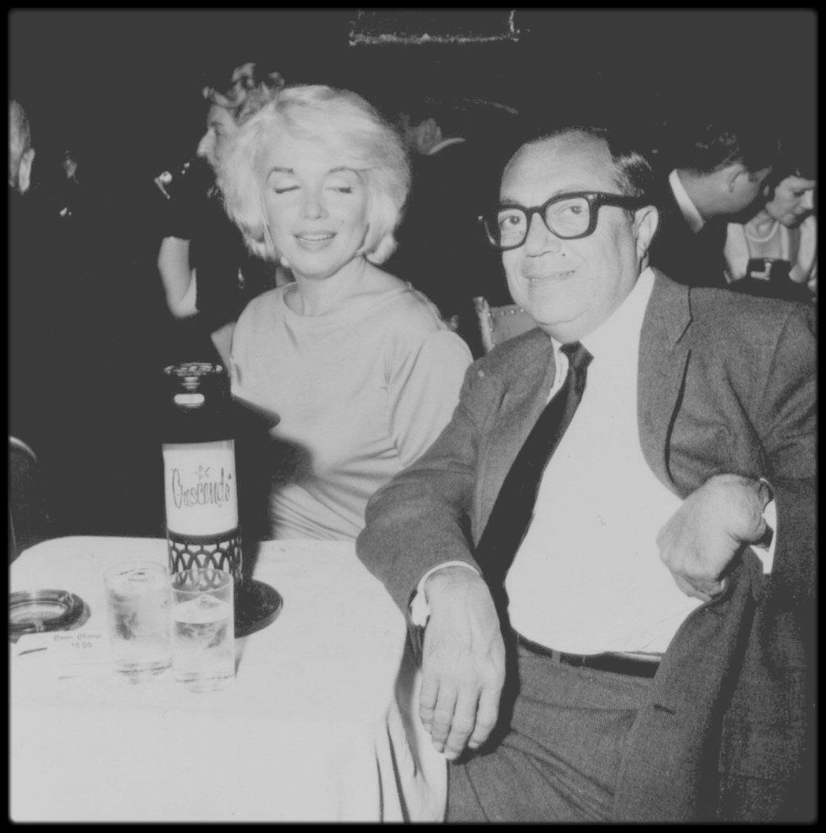 """1961 / Marilyn et Spyros SKOURAS se rendent au """"Crescendo Club"""" de Los Angeles, où elle retrouve son amie et chanteuse Ella FITZGERALD et rencontre ce même soir Ray CHARLES."""