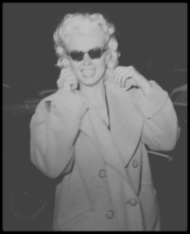 """1955 / MARILYN ET LES FANS / Photos James HASPIEL ; Ce dernier était le plus grand admirateur du vivant de Marilyn (ainsi qu'un certain James COLLINS ou encore Frieda HULL), et qui a eu l'occasion, et par la suite même, de devenir un de ses amis privilégiés... Il était tombé sous le charme de Marilyn, à l'âge de 14 ans, en la voyant dans « Clash by night » (1952). Comme le faisaient les """"Marilyn six"""" (Il s'agit d'un groupe de  6 fans New-Yorkais, qui profitaient des séjours de Marilyn à New-York, pour suivre leur idole dans ses déplacements. Les fans du groupe sont : John REILLY, Eileen et Jimmy COLLINS (frère et soeur), Gloria MILONE, Edith PITTS et Frieda HULL.), il traînait toujours à proximité des hôtels New-Yorkais où Marilyn descendait au milieu des années 50. Il rencontra Marilyn en septembre 1954 lors du tournage à New-York de « Seven year itch » : En 1955, quand elle vivait à New-York, elle se lia d'une forte amitié avec lui; elle lui accorda bientôt toute sa confiance. Elle le laissa venir chez elle, accepta sa compagnie quand elle sillonnait New-York en taxi. Il l'aidait à faire ses achats chez """"Wheelan's"""", l'un de ses drugstores préférés, au coin de """"Lexington Avenue"""" et de la 93ème Rue. Par la suite, James écrivit plusieurs livres sur la STAR, imagés par de sublimes photos dites candides. (voir photos)"""