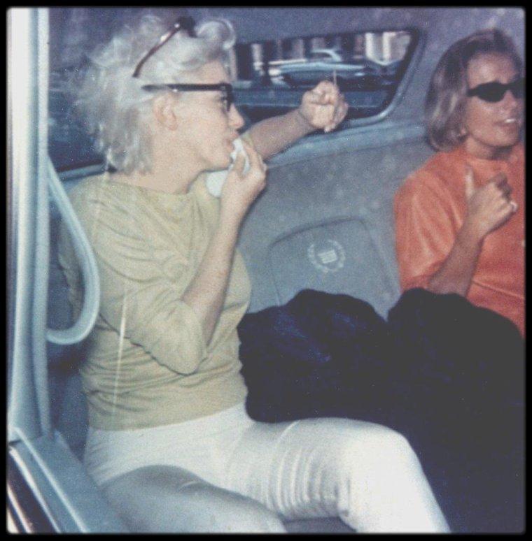 """1962 / Marilyn accompagnée de son attachée de presse Pat NEWCOMB, rentre chez elle après avoir répété la chanson qu'elle entonnera le jour d'anniversaire de John FITZGERALD KENNEDY au """"Madison Square Garden"""" le 19 mai."""