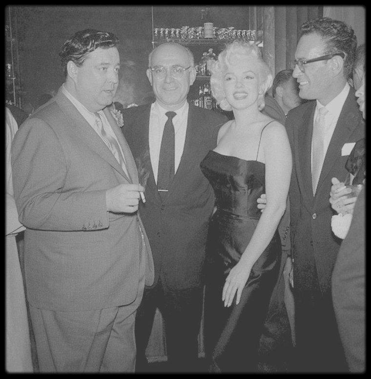 """26 Février 1955 / Marilyn et Joe sont conviés à la fête d'anniversaire de Jackie GLEASON au """"Toots shor's restaurant"""" à New-York."""