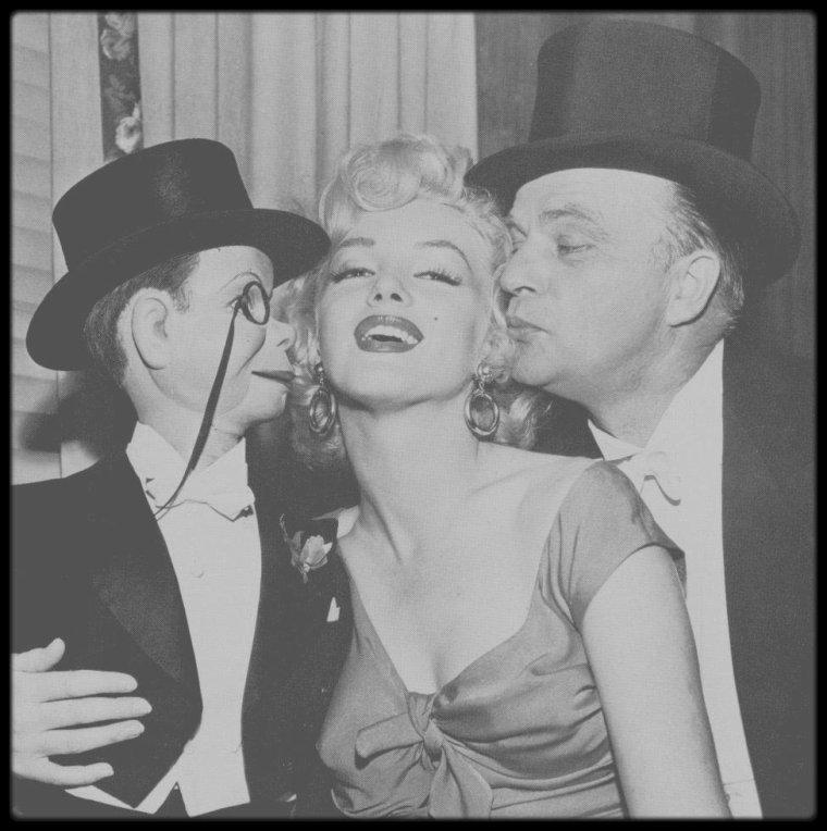 """1952 / Marilyn est l'invitée d'honneur dans la célèbre émission radiophonique, le """"Edgar BERGEN Show"""", célèbre ventriloque et sa poupée Charlie McCARTHY. Notons que pour l'occasion, Marilyn porte une des robes du film """"Niagara"""" ainsi que les boucles d'oreille."""