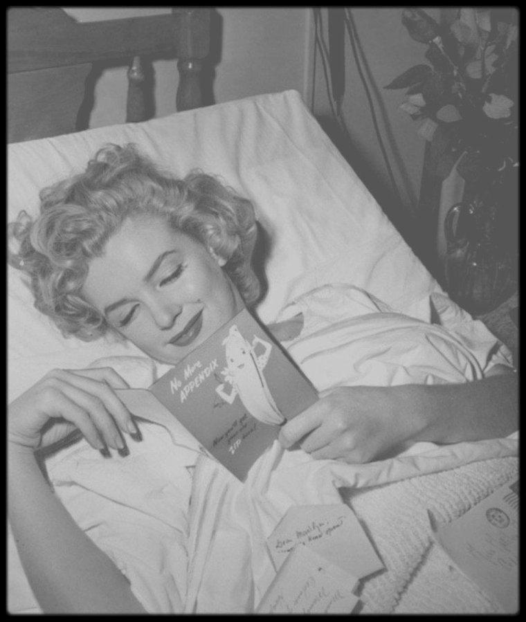"""28 Avril 1952 / Marilyn fut hospitalisée au """"Cedars of Lebanon Hospital"""" de Los Angeles pour une crise d'appendicite, après  des semaines de douleurs intermittentes. Elle fut opérée par le Docteur Marcus RABWIN, assisté de son gynécologue, le Docteur Leon KROHN. Avant l'intervention, Marilyn qui était persuadée que cette opération pourrait compromettre sa capacité à avoir des enfants, se colla sur le ventre, avec du ruban adhésif un message pathétique où elle lui demandait d'être extrêmement prudent (dans le texte, la ponctuation est respectée) : « Très important à lire avant l'opération. Cher Docteur, coupez le moins possible. Cela peut sembler futile je sais mais ce n'est pas de cela qu'il s'agit vraiment-le fait que je sois une femme est important et signifie beaucoup pour moi. Epargnez s'il vous plait (je ne saurais trop vous le demander) ce que vous pouvez-je suis dans vos mains. Vous avez des enfants et vous devez savoir ce que cela veut dire-je vous en prie Docteur-je pense je sais que vous comprendrez ! merci -merci- pour l'amour du ciel cher Docteur pas d'ablation d'ovaires-je vous en prie encore une fois de faire tout votre possible pour limiter les cicatrices - En vous remerciant de tout c½ur. Marilyn MONROE ». Joe DiMAGGIO lui fit envoyer des dizaines de roses, alors qu'il était en déplacement à New York. Allan « Whitey » SNYDER, son maquilleur et ami, arriva à l'hôpital et la rendit radieuse pour sa sortie, où la presse l'attendait. C'est à cette occasion  qu'en plaisantant, Marilyn lui avait demandé de s'occuper de son maquillage, même après sa mort (ce qu'il fit d'ailleurs) ; pour qu'il s'en souvienne, elle lui offrit une pince à billets en or de chez """"Tiffany"""", portant l'inscription « Whitey Dear, while I'm still  warm, Marilyn » (« Cher Whitey – tant que je suis encore chaude, Marilyn ») : A partir de ce moment, Marilyn consultera le Dr Leon KROHN, pour des problèmes de fécondité."""