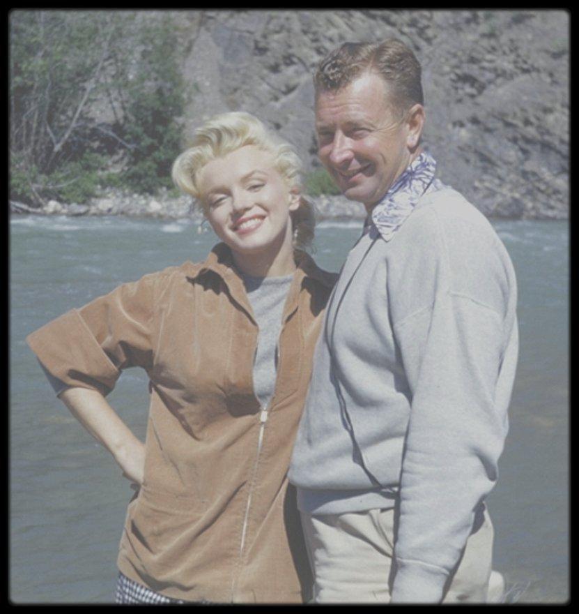 """1953 / Jolie photo de Marilyn et son ami et maquilleur (qui la suivra tout au long de sa vie) Allan """"Whitey"""" SNYDER, au Canada, lors des extérieurs du film """"River of no return""""."""