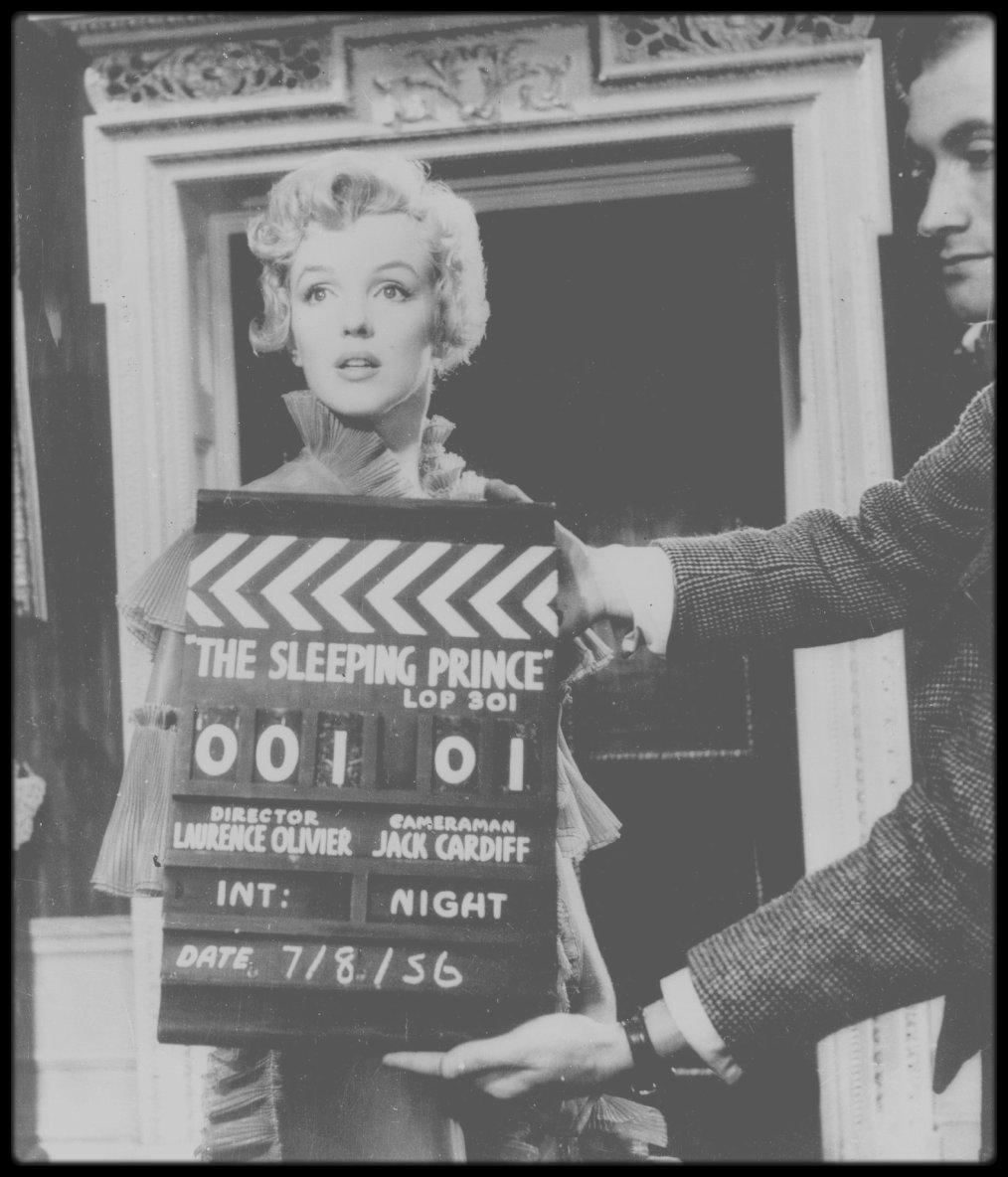 """1956 / Marilyn lors du tournage du film """"The Prince and the showgirl"""" (Le tournage débuta le 7 Août 1956). Dans ce film de « fabrication » britannique, le premier (et le dernier) des """"Marilyn MONROE Productions"""", il y eut des hauts et des bas, à l'écran comme sur le tournage. Laurence OLIVIER et sa femme Vivien LEIGH, avaient été les vedettes de la version originale, une pièce de Terence RATTIGAN intitulée « The sleeping Prince » (1953), dont l'associé de Marilyn, Milton GREENE, avait acquis les droits. En février 1956, Laurence OLIVIER, Vivien LEIGH et Terence RATTIGAN se rendirent à New York avec l'agent de Laurence OLIVIER, Cecil TENNANT, pour discuter des termes du projet. Marilyn envisageait d'acquérir les droits de cette oeuvre depuis 1954, sur la suggestion de son agent de l'époque, Hugh FRENCH. Laurence OLIVIER n'accepta de reprendre le rôle qu'il avait déjà tenu sur scène qu'à la condition qu'il réalisât lui-même le film et en soit le co-producteur. Le 9 février 1956, on organisa une conférence de presse à la """"Terrace room"""" du """"Plaza Hotel"""" (voir article sur le blog) pour annoncer au monde entier ce grand mariage cinématographique - celui du meilleur acteur classique d'Angleterre et de la plus grande séductrice d'Hollywood. (Photos Milton GREENE)."""