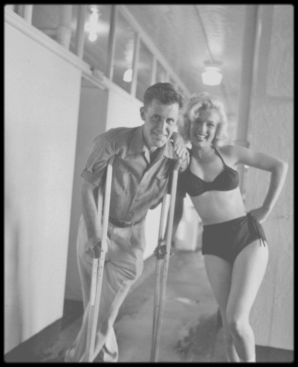 """1953 / Photos John VACHON, Marilyn à la piscine la cheville plâtrée, suite à un accident survenu lors du tournage du film """"River of no return""""."""