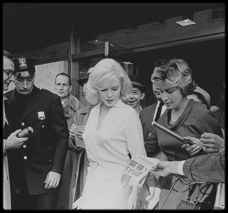 """5 Mars 1961 / """"Columbia University Presbyterian Medical Center"""". Adresse : 622 West 168th Street, New York. En 1961 Joe DiMAGGIO y organisa le transfert de Marilyn du """"Payne Whitney Hospital"""". Elle y fut hospitalisée du 10  février au 5 mars, chambre 719, pour épuisement physique et émotionnel. DiMAGGIO vint la voir tous les jours. Peu avant de quitter l'hôpital elle écrivit au Dr GREENSON :  « Cher Dr GREENSON,  Par la fenêtre de l'hôpital, je vois la neige qui a tout recouvert. Tous les verts sont atténués. Je vois l'herbe et les frêles buissons à feuilles persistantes, mais les arbres me donnent un peu d'espoir - leurs branches tristes et nues annoncent peut être le printemps et promettent l'espoir...Comme j'écris ces mots, quatre larmes silencieuses ont coulé sur mes joues. Je ne sais pas pourquoi. Je n'ai pas dormi de la nuit. Quelquefois je me demande à quoi sert  la nuit. Pour moi, ce n'est qu'un long jour sans fin. ». Le 27 février 1961, elle reçut un message de soutien de Marlon BRANDO : Le 5 mars 1961, sortie de l'hôpital accompagnée de Pat NEWCOMB son attachée de presse."""