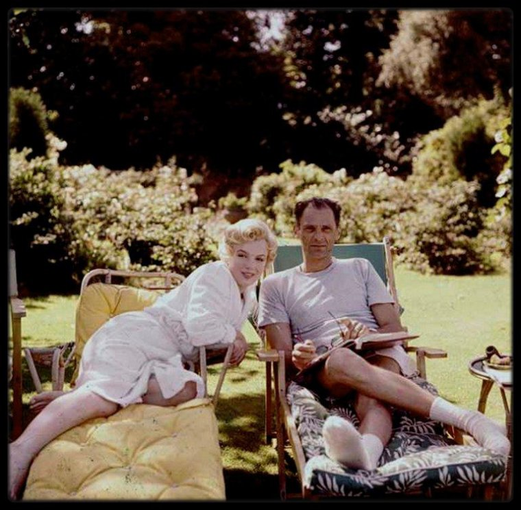 "1956 / (Photos Milton GREENE) Pause détente pour MILLER et Marilyn lors du tournage du film ""The Prince and the showgirl""."