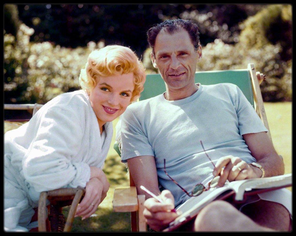 """1956 / (Photos Milton GREENE) Pause détente pour MILLER et Marilyn lors du tournage du film """"The Prince and the showgirl""""."""