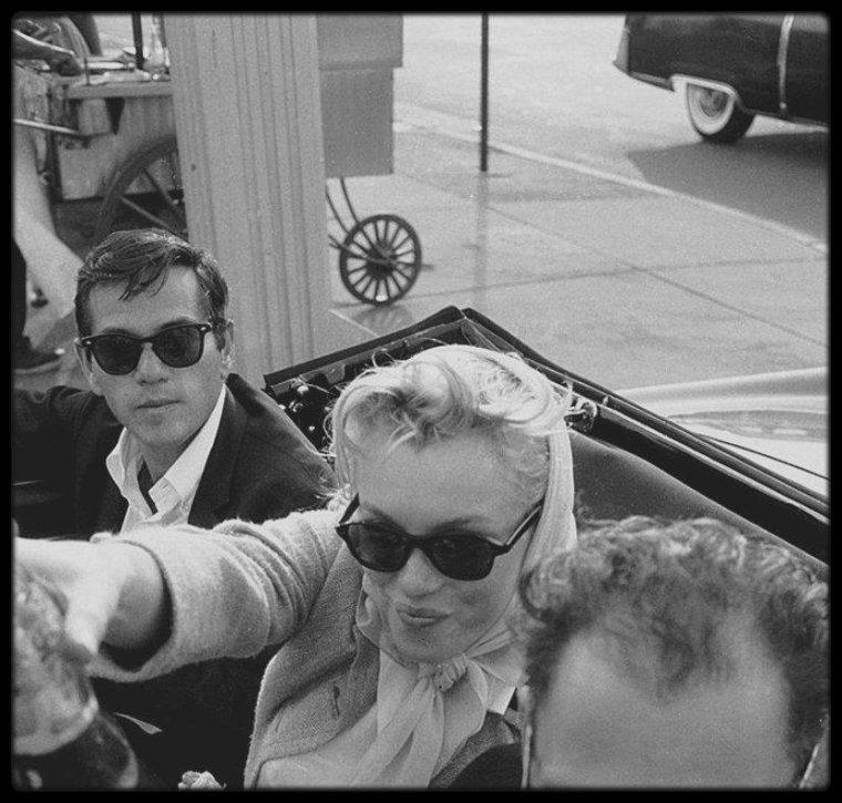1956 / Photos Paul SCHUTZER, les MILLER accompagnés de leur ami et photographe Milton GREENE en route pour le Connecticut, font une pause déjeuner...