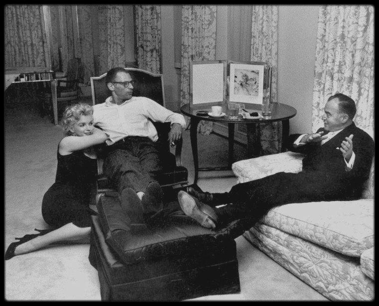 """22 Mai 1958 / Photos Robert W KELLEY, Marilyn et Arthur reçoivent le producteur et ami de MILLER, Kermit BLOOMGARDEN, dans leur appartement New-Yorkais. / PETITE HISTOIRE / En 1999, le piano de Marilyn (venant de sa mère) a été mis en vente aux enchères chez """"Christie's"""" et c'est Mariah CAREY qui en fit l'acquisition pour la somme de 600 000 dollars."""