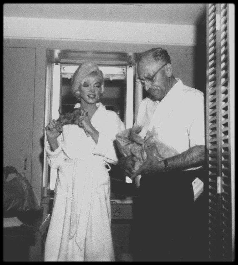 """1er Juin 1962 / DERNIERE APPARITION EN PUBLIQUE / Marilyn était ravie de cette fête d'anniversaire impromptue sur le tournage du film """"Something's got to give"""", qui se termina vers 18 heures 30. Elle quitta la Fox en compagnie de l'acteur Wally COX. Ce soir là, elle assista, avec le costume qu'elle portait dans la journée (un tailleur de soie beige avec toque en fourrure assortie), à une soirée au """"Chavez Ravine Dodger Stadium"""" de Los Angeles, pour un match de base-ball entre les """"New York  Yankees"""" et les """"Los Angeles Angels"""", donné au profit de la dystrophie musculaire. 51 000 personnes assistèrent au match. Elle lança la première balle, mais elle prit froid, et de retour chez elle, vers 22 heures, se plaignit de céphalées ; elle souffrait à nouveau d'une sinusite."""